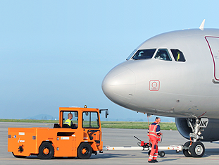 When push comes to shove – VOLK Electric Tow Tractor EFZ 100 N in pushback operation
